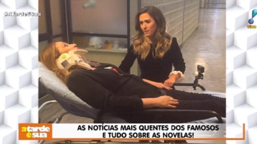 Sônia Abrão grava programa de Tatá Werneck deitada em maca e usando colar cervical - Reprodução/RedeTV!