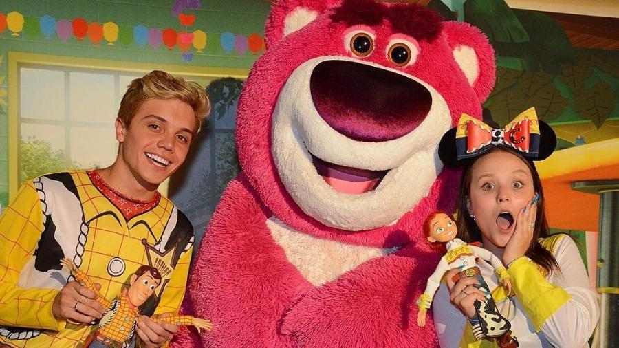 Larissa Manoela e Leo Cidade em passeio na Disney - Reprodução/Instagram/larissamanoela