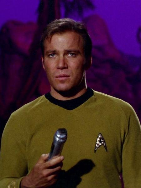 """Capitão Kirk (William Shatner) utiliza o tradutor universal da série clássica """"Star Trek"""" - Reprodução"""