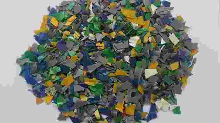 Com o uso de um solvente ecológico à base de casca de laranja, o plástico moído sai limpo para que possa ser transformado em novos materiais - Divulgação