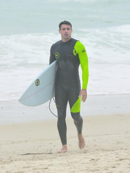 Cauã Reymond sai do mar em praia na Barra da Tijuca - Dilson Silva/AgNews