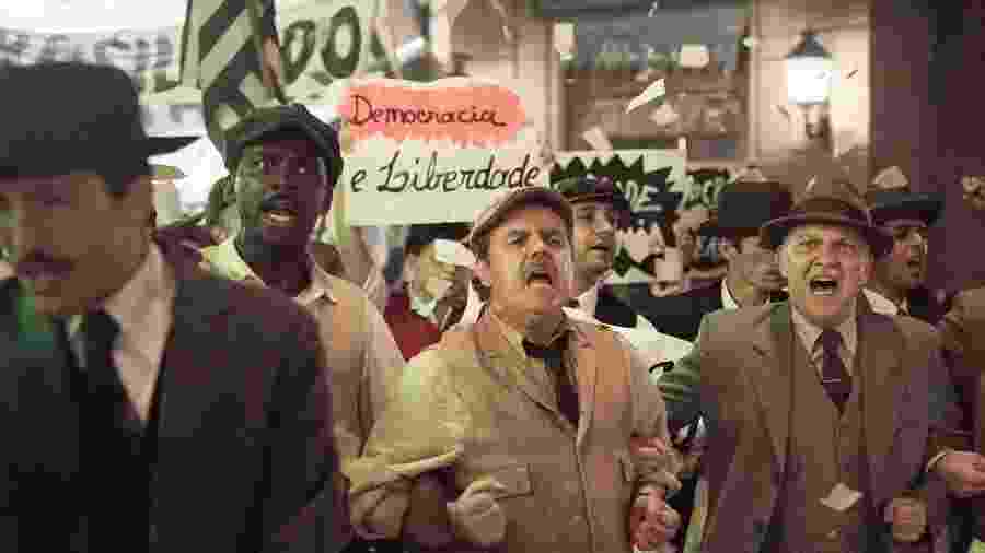 Virgulino comenta com Afonso que teme a instalação de um regime ditatorial - Globo/Camilla Maia