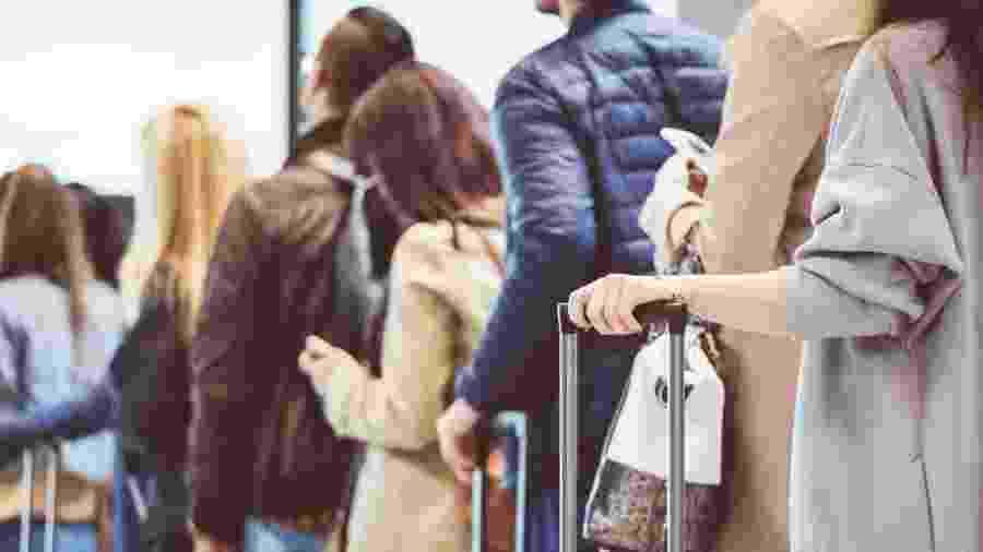 Viagens de avião e de transporte público podem representar risco de disseminação do vírus - Getty Images via BBC