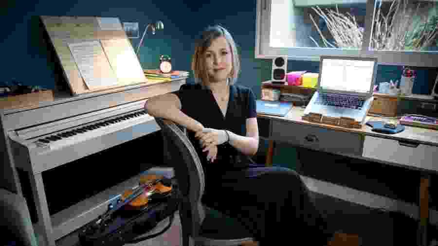 A compositora Camille Pepin posa em seu estúdio, em Paris - THOMAS SAMSON/AFP