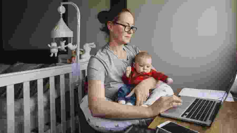 """""""O aumento de demanda em casa foi muito grande; a gente dividia os cuidados das crianças com outras mulheres"""" - Getty Images"""