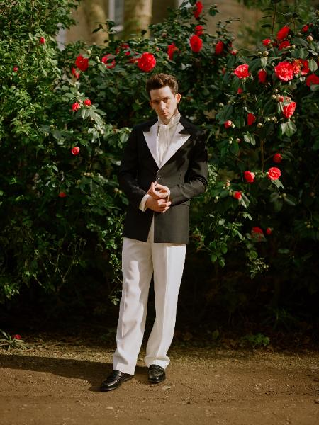 """Josh O""""Connor para o Globo de Ouro 2021 usando look da Loewe; ator que ficou conhecido por dar vida ao príncipe Charles em """"The Crown"""" venceu o prêmio de melhor ator em série de drama - William Waterworth/Getty Images"""