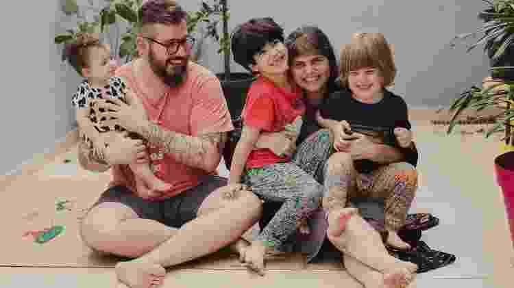 Thiago Queiroz, a companheira Anne Brumana e os filhos Maya, Dante e Gael. Eles estão a espera de Cora, que deve nascer nos proximos dias - @clickcarolina - @clickcarolina