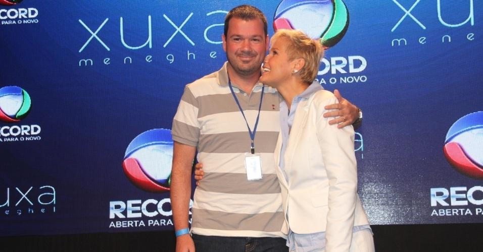 """11.ag.2015 - Mariozinho Vaz ganha um abraço da apresentadora coletiva do programa e garante: """"Não tem muito mistério dirigir a Xuxa porque ela é minha amiga"""""""