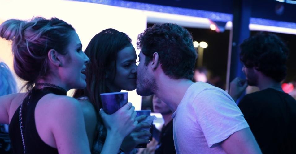 """20.set.2015 - Bruna Marquezine e Mauricio Destri assumem que estão juntos, depois de serem muito incomodados por fotógrafos, no último show da noite. """"A gente não consegue viver em paz"""", desabafou o ator ao UOL."""