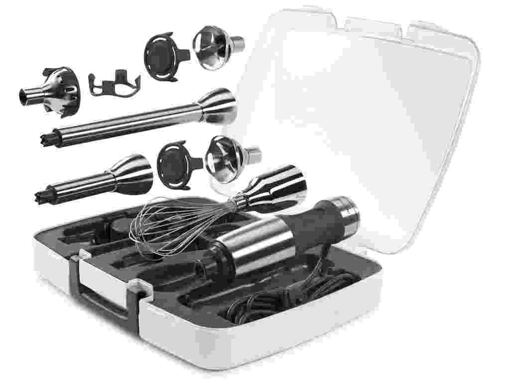 O mixer, da KitchenAid (www.kitchenaid.com.br), mistura, tritura, pica, espuma, bate e emulsiona. O aparelho tem formato ergonômico e lâminas com design de sino, que protege de desgastes. Com braço removível de 20,3 cm, o utensílio pode ser usado em panelas fundas, tigelas e jarras em cinco velocidades. O mixer conta ainda com batedor de aço inox, triturador de alimentos, copos medidores e um estojo para a organização e armazenamento - Divulgação