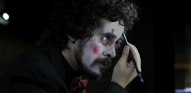 """O ator Bruno Fracchia em cena da peça """"Algumas Histórias"""", sobre a vida de Paulo José - Divulgação"""