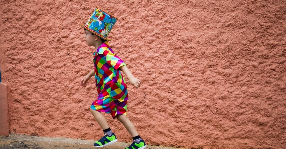 6.fev.2016 - Criança corre com a chegada do bloco Juca Teles, um dos mais tradicionais do Carnaval de São Luiz do Paraitinga