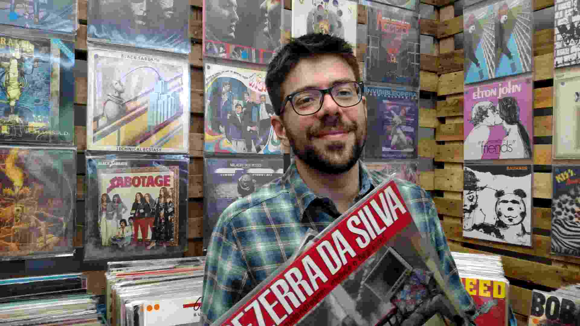 12.mar.2016 - O professor Rodrigo Miranda, 35, comprou LPs do sambista Bezerra da Silva e do grupo Talking Heads no Lollapalooza Brasil 2016 - Leonardo Rodrigues/UOL