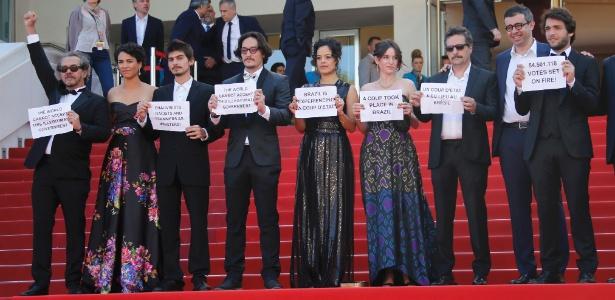 """Equipe do filme brasileiro """"Aquarius"""", que disputa a Palma de Ouro em Cannes, protesta conta o impeachment da presidente Dilma Rousseff com faixas e dizeres: """"Pare o golpe no Brasil"""" e """"Vamos resistir"""""""