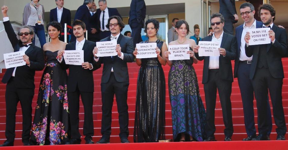"""17.mai.2016 - Equipe do filme brasileiro """"Aquarius"""", que disputa a Palma de Ouro em Cannes, protesta conta o impeachment com faixas e dizeres: """"Pare o golpe no Brasil"""" e """"Vamos resistir"""""""