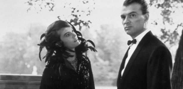 """Giorgio Albertazzi e Delphine Seyrig em cena de """"O Ano Passado em Marienbad"""" (1961), dirigido por Alain Resnais - Reprodução"""