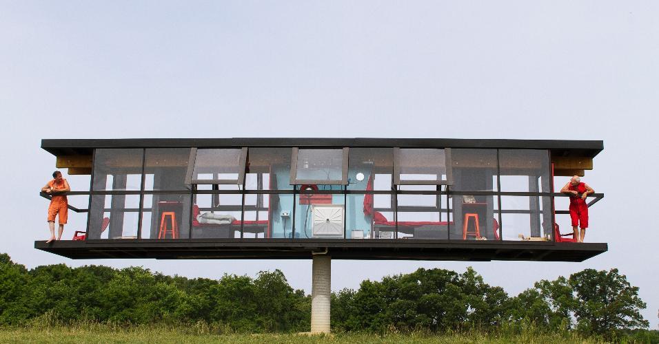"""ReActor - Feita de madeira e concreto, a habitação mede 13,4 m de comprimento por 2,4 m de largura e conta com uma divisão central que limita os dois apartamentos. Cada um dos lados da """"gangorra"""" tem as mesmas funcionalidades e objetos do outro: cama, cozinha, banheiro e varanda"""