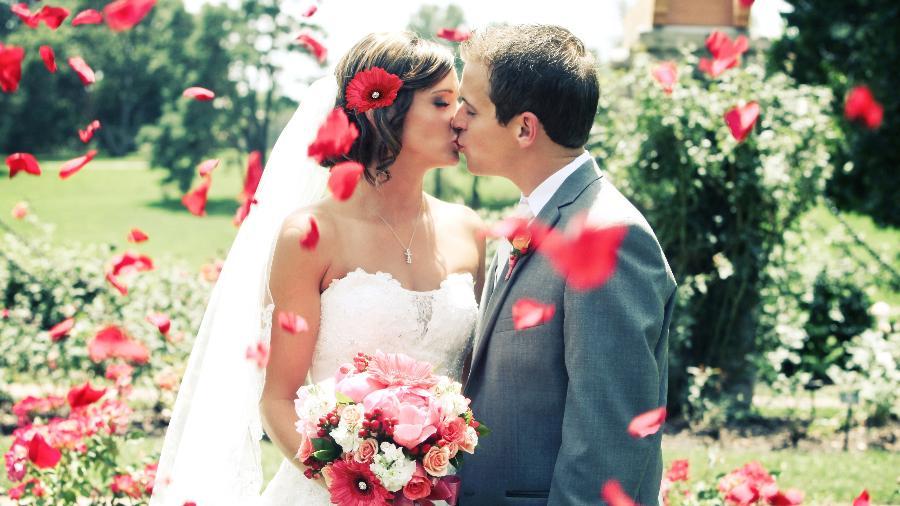 Cuidado para não esfriar a festa dos amigos noivos - Getty Images