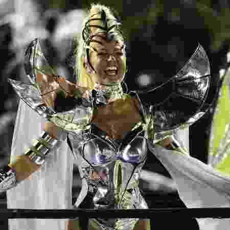 """Com uma fantasia futurista, Xuxa  saiu como destaque principal do quarto carro alegórico, que lembra o sucesso """"Eva"""" - André Fabiano/FolhaPress - André Fabiano/FolhaPress"""