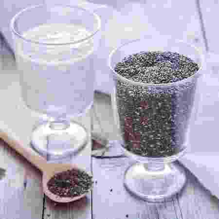 À esq., copo com o pudim de chia. À dir, apenas as sementes in natura - iStock