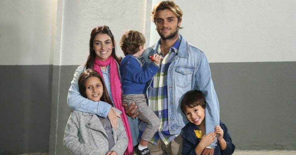 Felipe Simas e Mariana Uhlman com Miguel, Leticia e Joaquim Simas no Disney On Ice