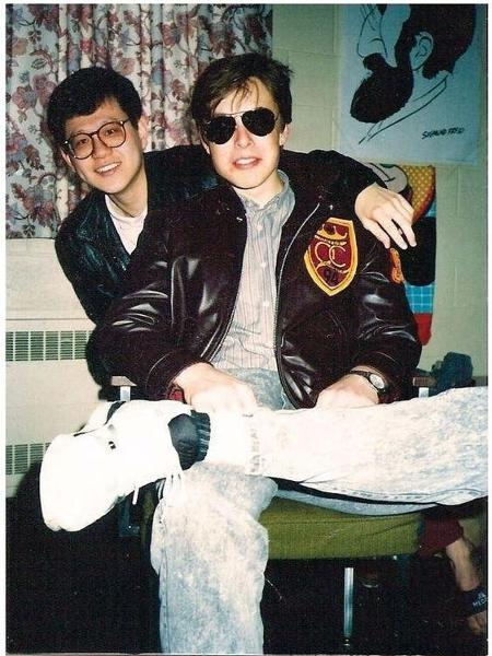 Elon Musk e um colega em 1994, quando programava games para PC e Sega CD. - Reprodução/Pinterest