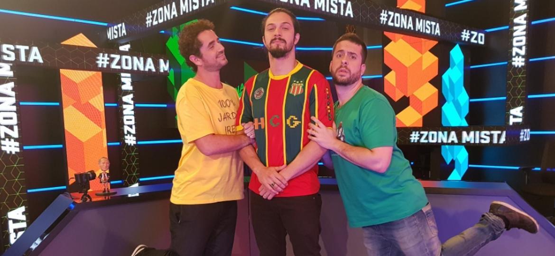 Ator Rômulo Estrela (centro) ao lado de Felipe Andreoli (à esquerda) e Maurício Meirelles (à direita)  - Reprodução/SporTV