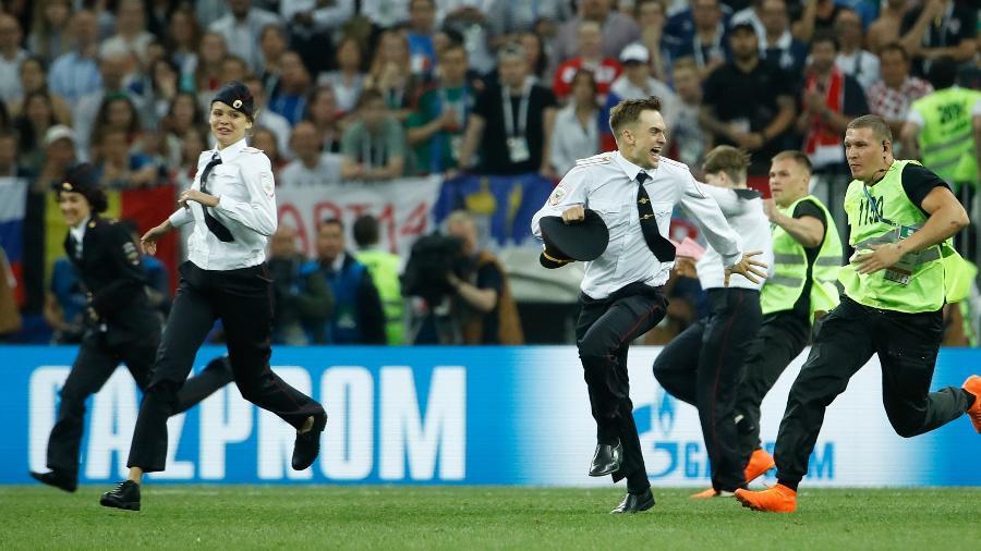 Três mullheres e um homem do Pussy Riot invadiram o campo na final entre França e Croácia - Odd Andersen/AFP