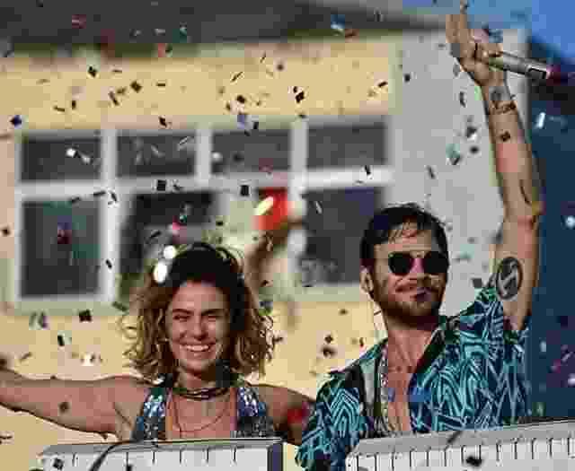 """Luzia (Giovanna Antonelli) e Beto (Emilio Dantas) em cima de trio elétrico nas cenas finais de """"Segundo Sol"""" - Reprodução/Instagram"""