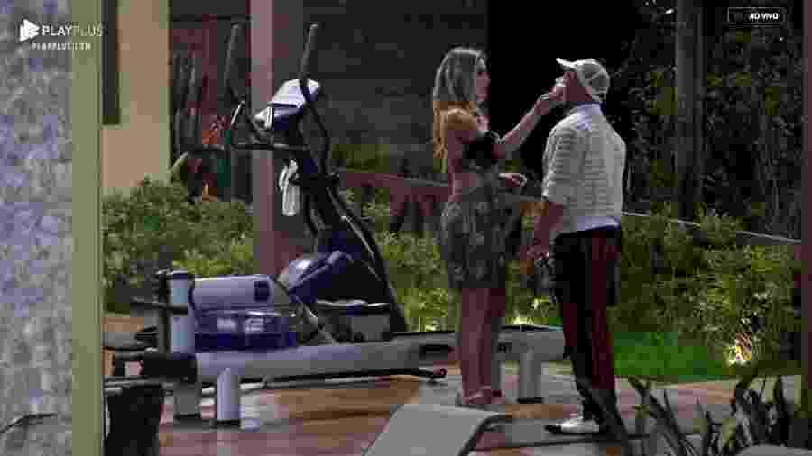 Evandro Santo desabafa com Nadja Pessoa durante festa  - Reprodução/PlayPlus