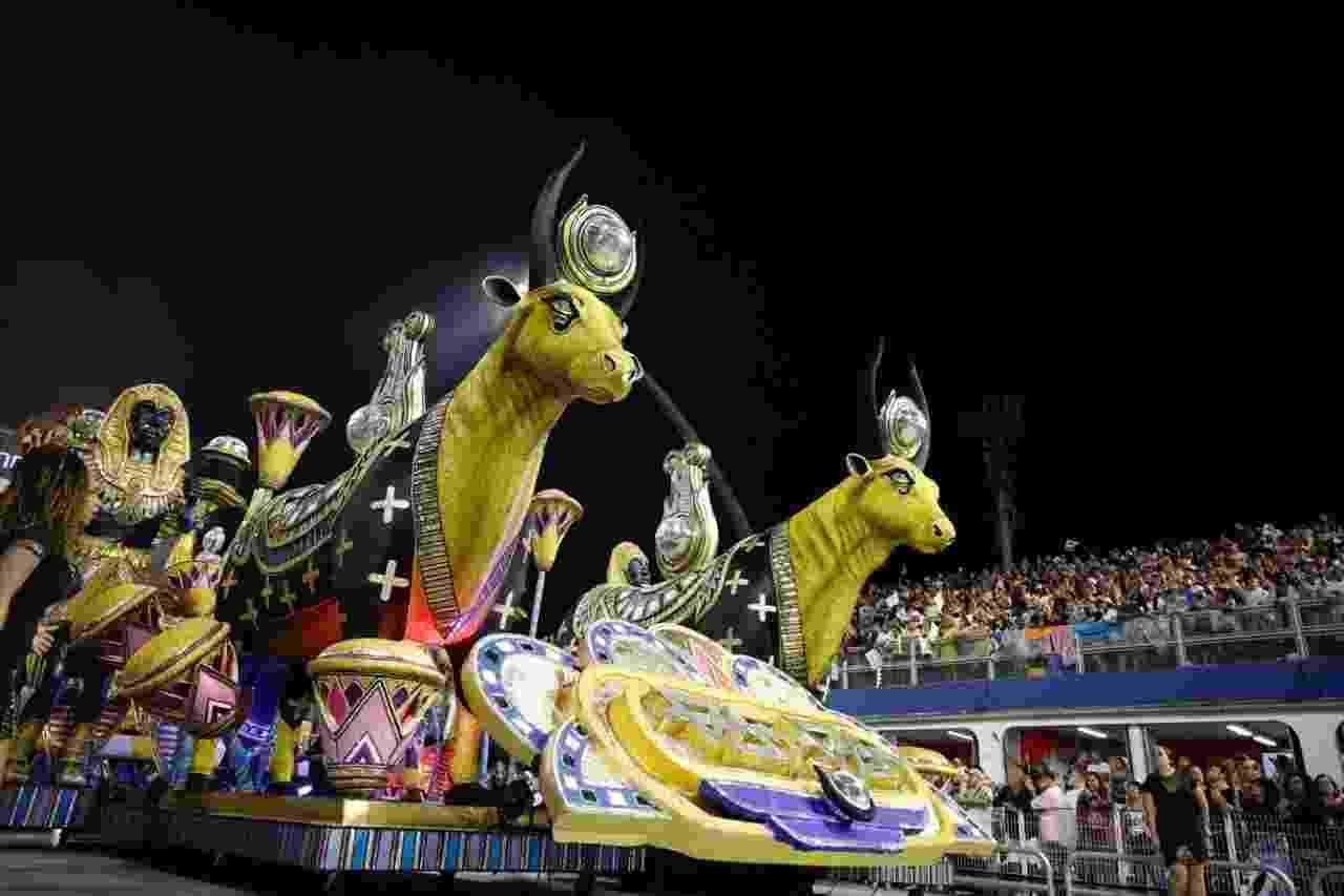 Alegoria no desfile da Vai-Vai, quarta escola de samba a desfilar no Anhembi neste domingo (3) - Simon Plestenjak/UOL