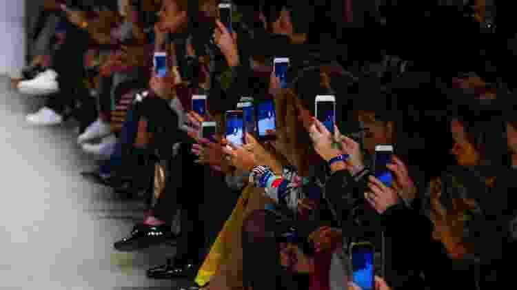 Convidados na primeira fila não desgrudam dos celulares -- e registram os desfiles para as redes sociais - Alexandre Schneider/Getty Images - Alexandre Schneider/Getty Images