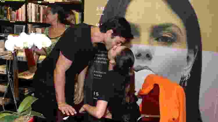 Isis Valverde ganha beijo do marido André Resende no lançamento do seu livro de poemas Camélias em Mim - Thyago Andrade/ Ag. Brazil News