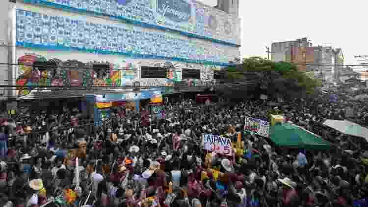 Multidão lota a rua das Canasvieiras no bairro do Rio Vermelho em Salvador - Antônio Chequer