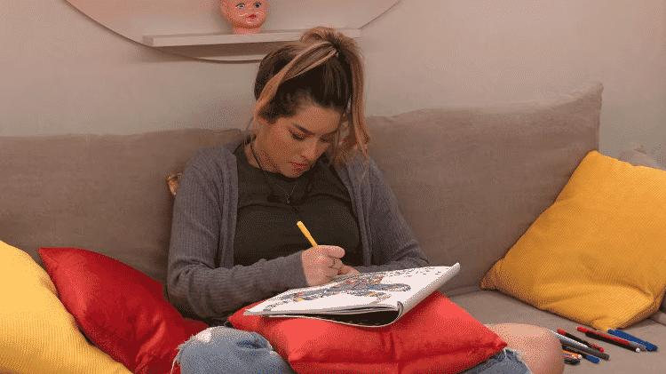Lorayne com livro de colorir no 'The Circle Brasil' - Reprodução/Netflix - Reprodução/Netflix