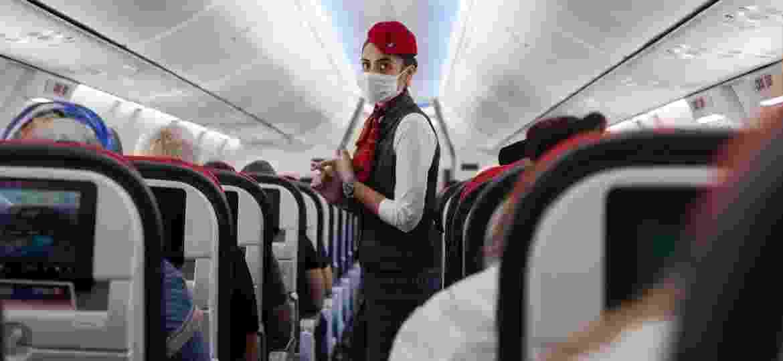 Embalagens descartáveis, cardápios em voz alta, máscaras, luvas e distanciamento: a nova realidade do serviço de bordo na pandemia - Getty Images