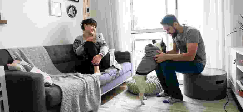 Camila e Pablo (com o dog Bruce) comandam o programa Tapa na Casa em Nossa - Apto.21