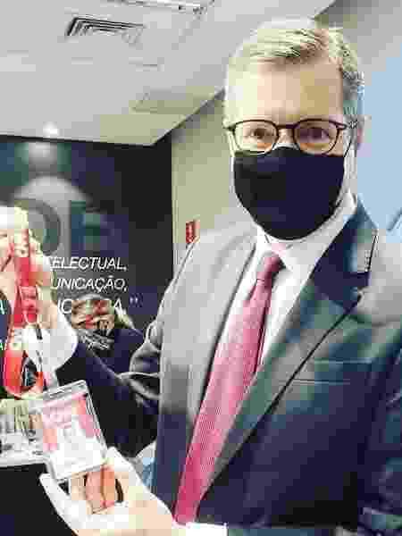 De máscara, Marcio Gomes mostrou crachá nas redes sociais - Reprodução/Instagram @marciogreporter