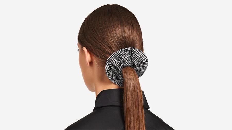 Grifes apostam no acessório, comumente usado no cabelo, para ir ainda além e customizá-lo em diferentes partes do corpo - Reprodução