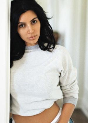 Kim Kardashian usou apenas hidratante, curvex e lip balm para sessão de fotos - Reprodução/Vogue