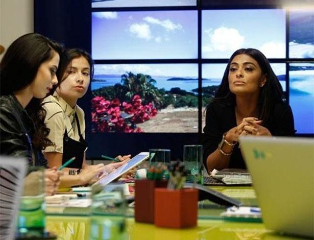 O bracelete dourado de Carolina (Juliana Paes) vira objeto de desejo de mulheres que assistem