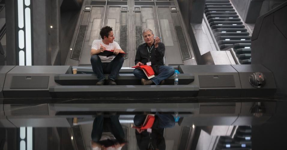 """O diretor J.J. Abrams e o roteirista Lawrence Kasdan nos bastidores de """"Star Wars: Episódio VII - O Despertar da Força"""""""