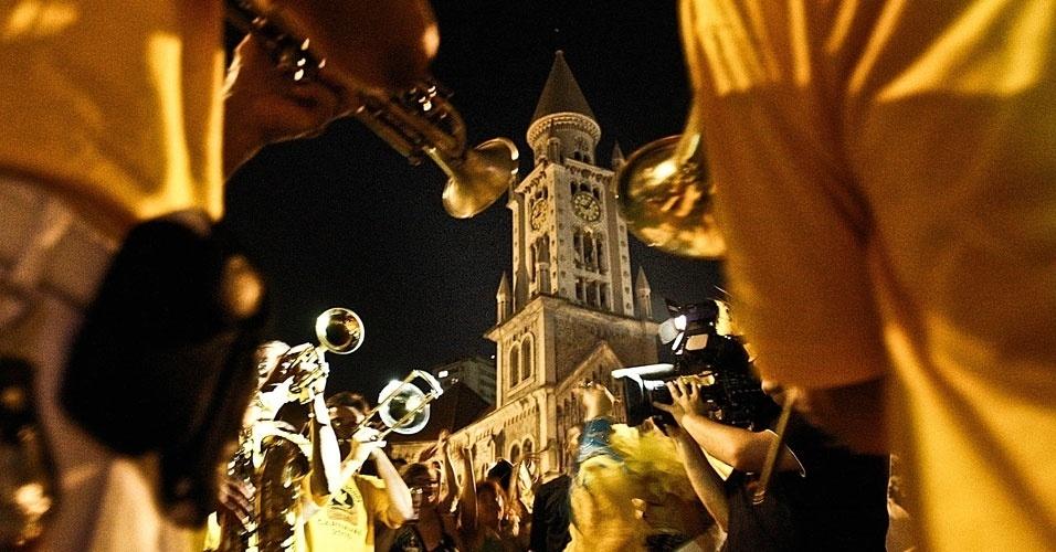 Músicos da Banda Redonda tocam em frente a Igreja da Consolação em São Paulo