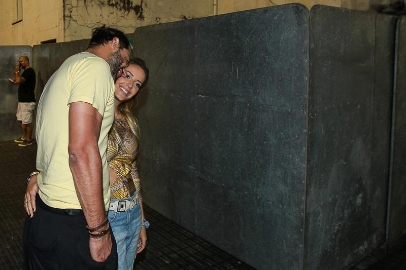 23.jan.2016 - O ator Henri Castelli chega com a namorada ao CarnaUOL na noite de sábado, em São Paulo