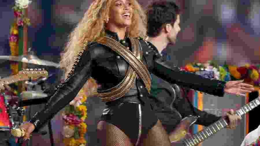 Coldplay, Beyoncé e Bruno Mars se apresentaram durante o show do intervalo no Super Bowl 50 - Getty Images
