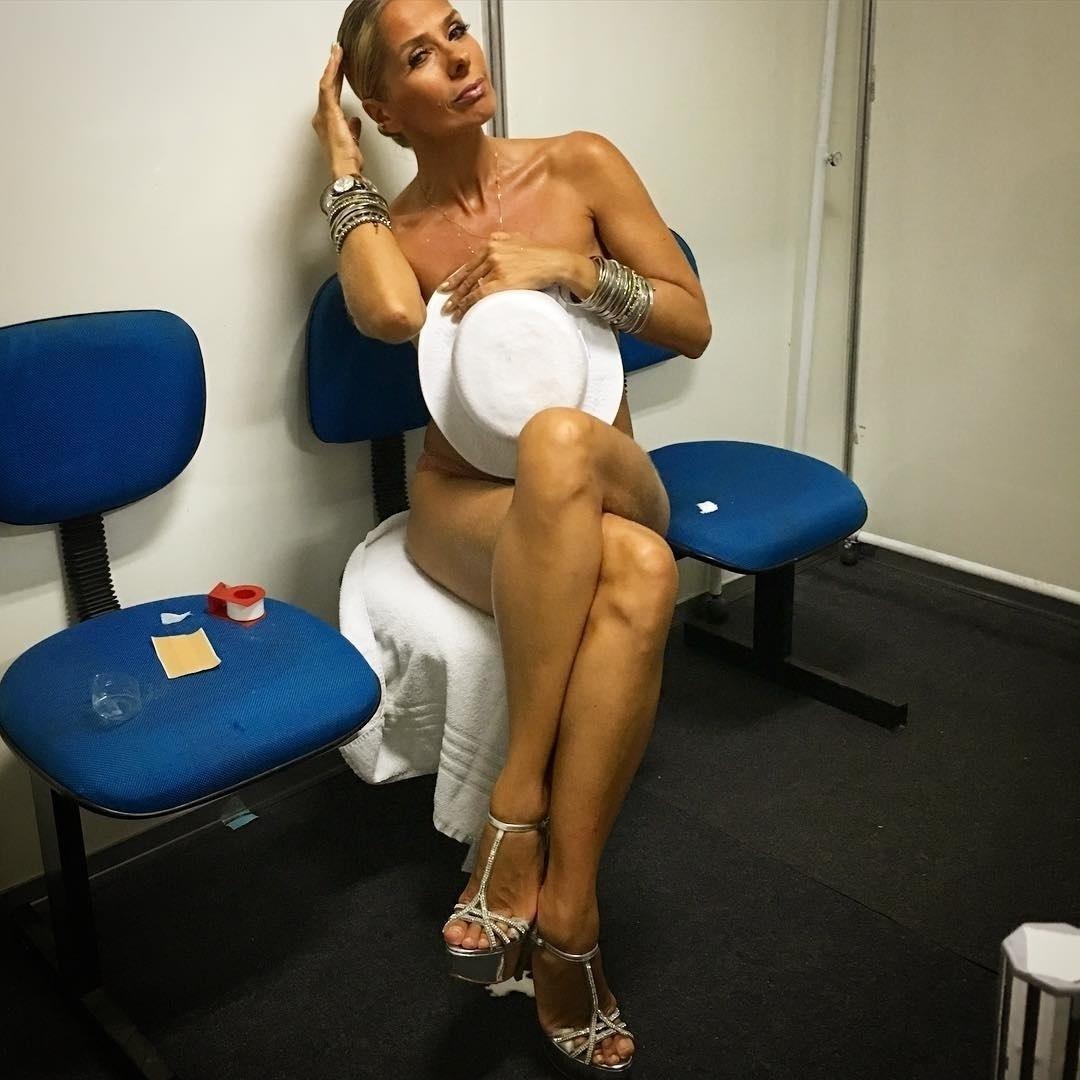 """9.fev.2016 - Antes de desfilar na Marquês de Sapucaí, Adriane Galisteu publicou uma foto nua, se cobrindo apenas com um chapéu, em seu perfil no Instagram. """"Tô me preparando... Segura"""", escreveu a musa da Portela"""