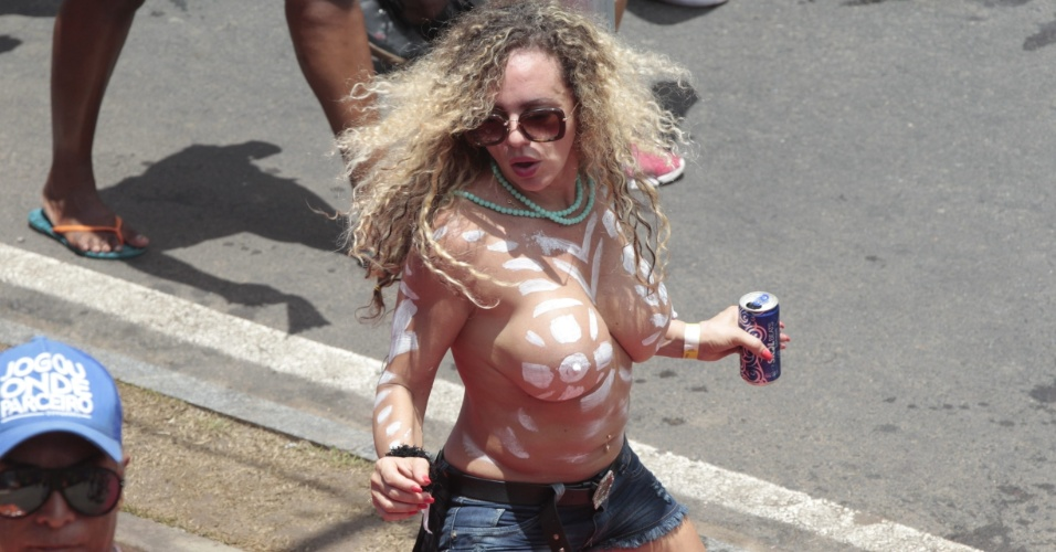 10.fev.2016 - Foliã dança durante Arrastão, que acontece toda Quarta-feira de Cinzas no circuito Barra-Ondina, sem cordas, e mais rápido do que o desfile comum em Salvador