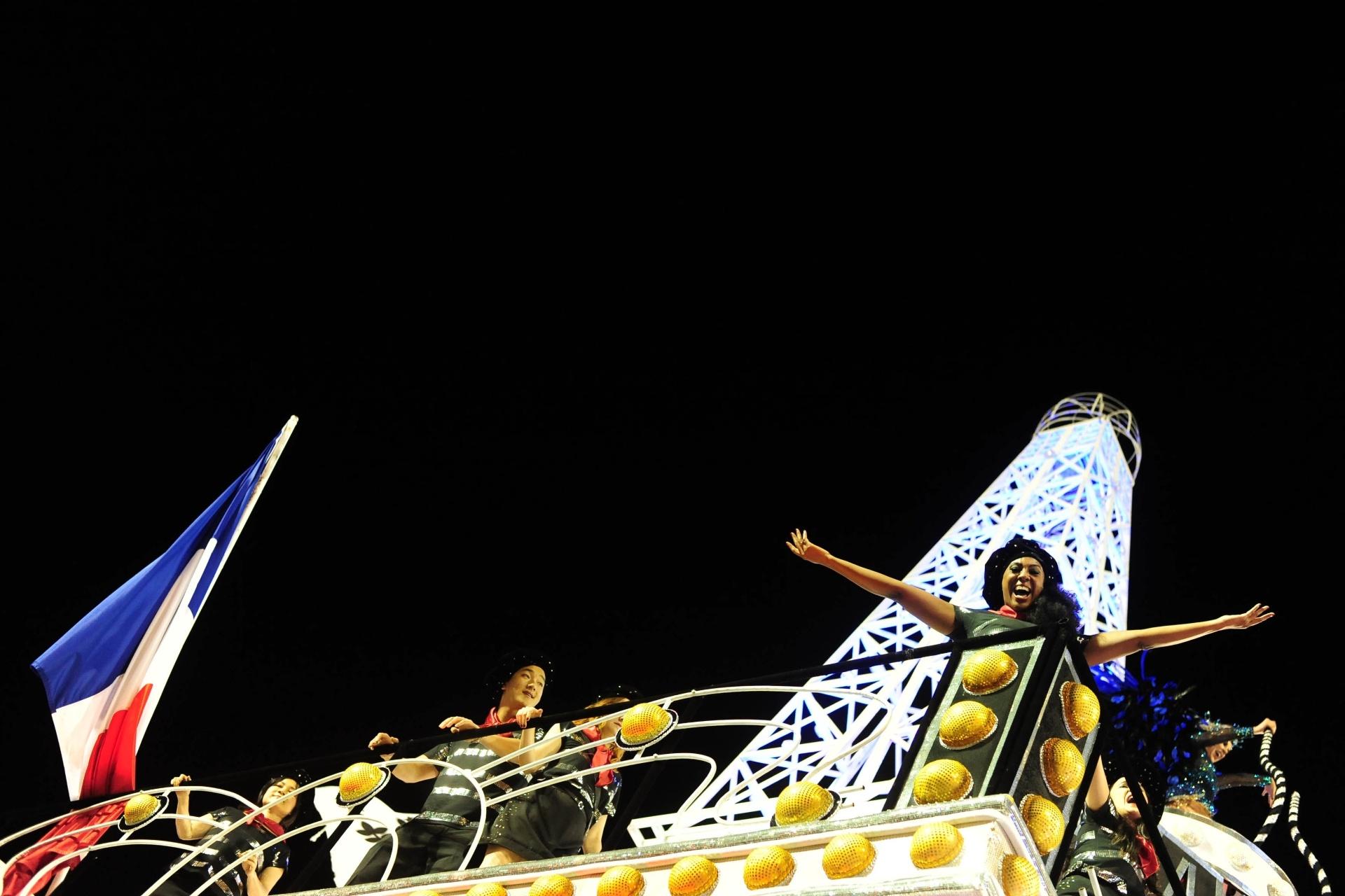 13.fev.2016 - Vai-Vai reproduz a Torre Eiffel, símbolo da França, em desfile no Anhembi