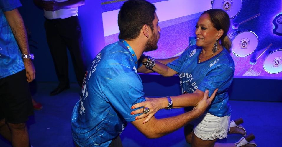 13.fev.2016 - Susana Vieira se ajoelha enquanto cumprimenta Marco Pigossi em camarote da Sapucaí