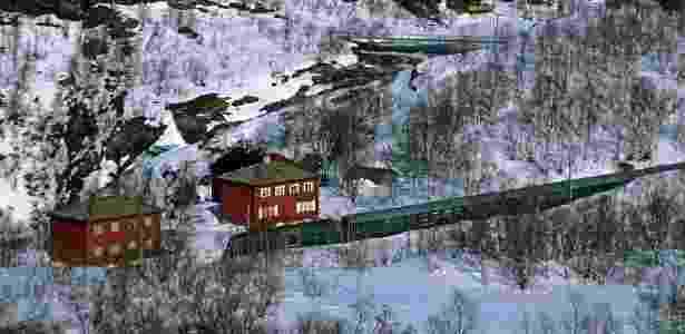 O trem verde da histórica linha Flamsbana leva à vila de Flam. Esta é considerada uma das viagens ferroviárias mais lindas do mundo - Divulgação - Divulgação